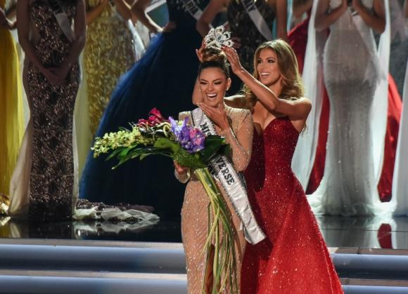 La sudafricana Demi-Leigh Nel-Peters, coronada la nueva Miss Universo