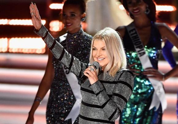 Fergie durante su presentación en Miss Universo
