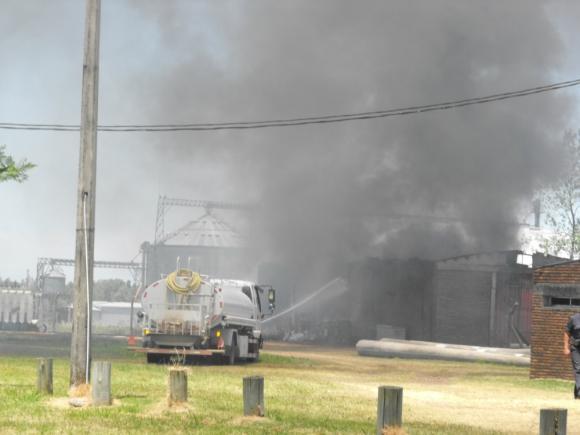 Un depósito de materiales tomó fuego ayer en la mañana. Foto: L. Pérez
