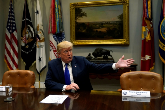 El presidente Trump esperando por Schumer y Pelosi. Foto: Reuters