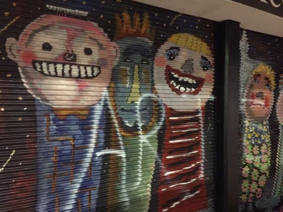 Graffiteros vandalizaron cortinas de 18 de julio. Foto @dmartinez_uy