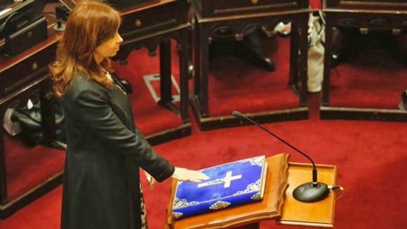 Cristina Fernández jura como senadora. Foto: La Nación.
