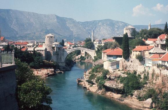 Antiguo puente de Mostar en 1974. Foto: Wikimedia