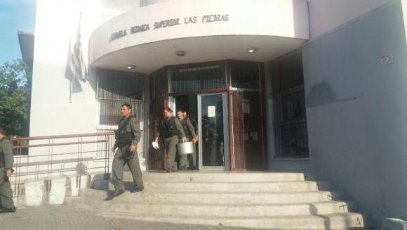 Personal del Ejército se retira de la UTU luego de revisar las instalaciones. Foto: El País