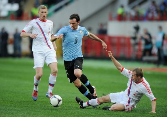 Frente a Rusia. Godín busca la pelota en el amistoso de Uruguay disputado en 2012. Foto: AFP