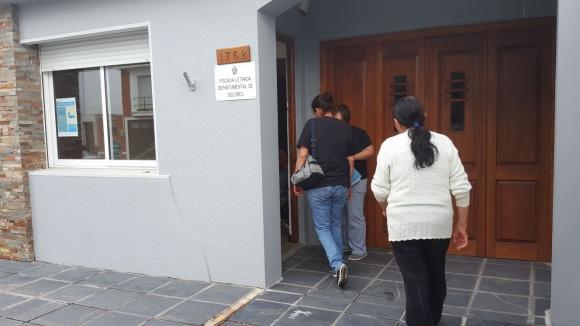 Familiares de la víctima llegan a la Fiscalía. Foto: Daniel Rojas