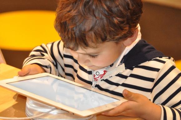 Niño con celular. Foto: Pixabay