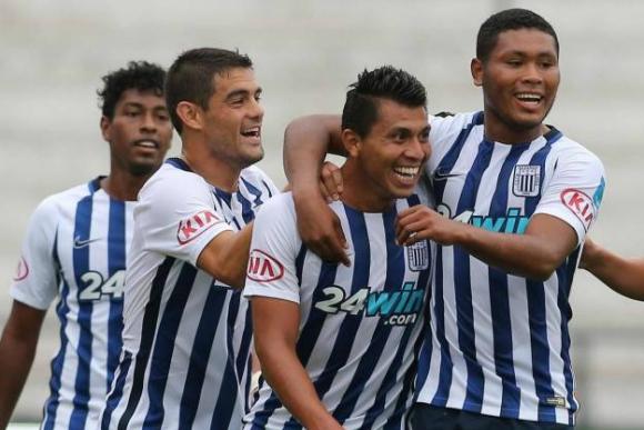 Luis Aguiar festeja con los jugadores de Alianza Lima. Foto: El Comercio / GDA