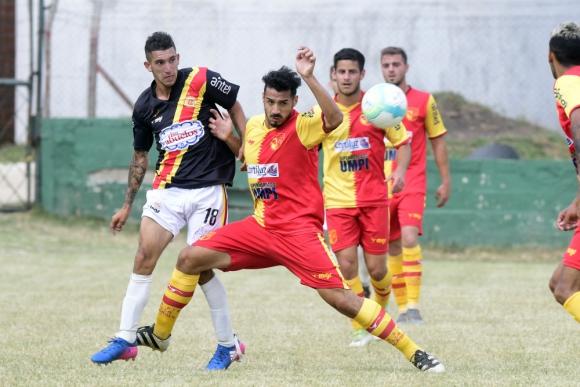 En carrera. Progreso le ganó los dos partidos al Villa. Foto: Marceo Bonjour