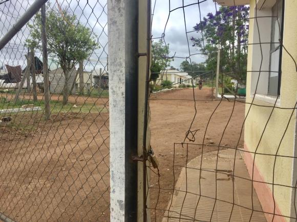 Así quedó la reja de la Unidad Nº 15 ubicada en Paraje Conventos. Foto: Néstor Araújo.