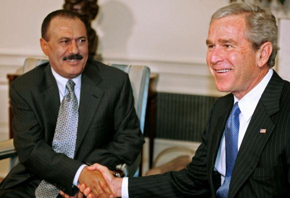 El fallecido mandatario en 2005 saludando al presidente George W. Bush. Foto: AFP