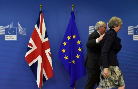 Theresa May y el presidente del Consejo Europeo, Jean Claude Juncker. Foto: AFP