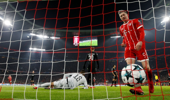 Robert Lewandowski marcó en el Bayern-PSG. Foto: Reuters
