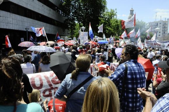 Los cincuentones y el Pit-Cnt se concentraron en las afueras del edificio legislativo. Foto: D. Borrelli