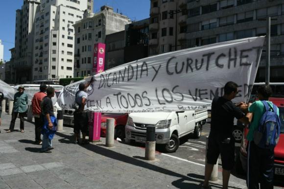 Feriantes protestan frente a la explanada de la Intendencia de Montevideo. Foto: Ariel Colmegna.