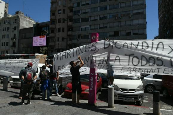 Feriantes en conflicto en la explanada de la Intendencia de Montevideo. Foto: Ariel Colmegna.