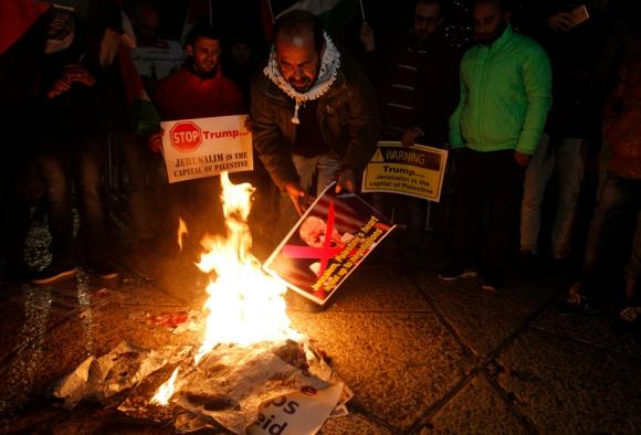 Palestinos queman imágenes de Trump tras conocer su posición. Foto: AFP
