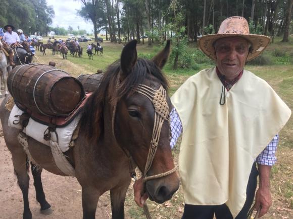 Reliquia de época: Lázaro Termezano con sus petisos y sus barriles. Foto: N. Araújo