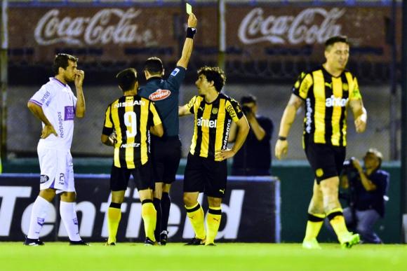 Tarjeta amarilla a Corujo ante Defensor Sporting