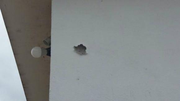 Impacto de bala en la casa donde estaban el fallecido y el herido. Foto: El País.