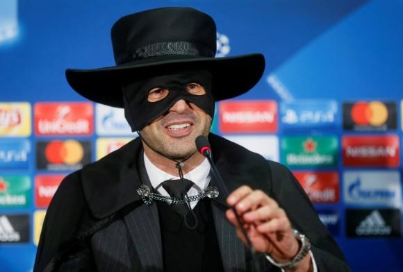 Paulo Fonseca vestido como 'El Zorro'. Foto: Reuters