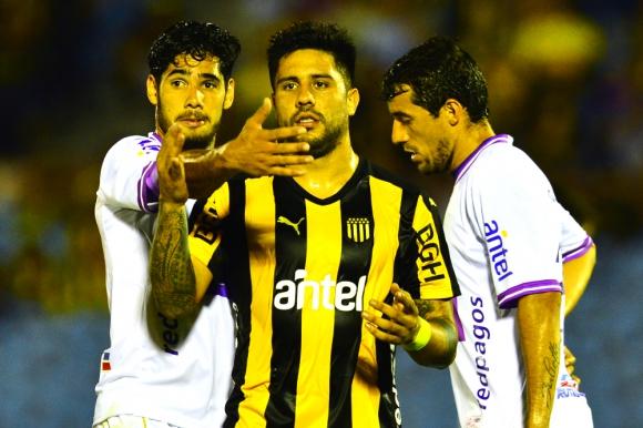 Ramón Arias siendo marcado por Ayrton Cougo en la final Peñarol vs. Defensor. Foto: Gerardo Pérez