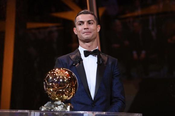 Cristiano Ronaldo y su quinto balón de oro. Foto: EFE