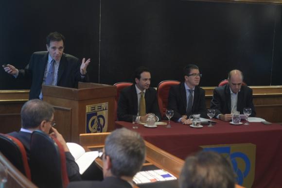 Végh (izquierda) participó de una conferencia en el IEEM. Foto: F. Flores
