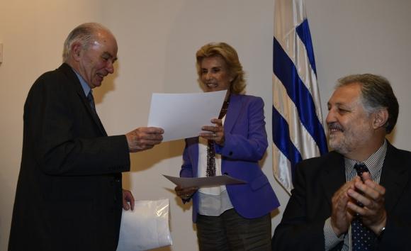 El neonatólogo Miguel Martell recibe el premio El País de la mano de la directora del diario, Julia Rodríguez Larreta. Foto: M. Bonjour
