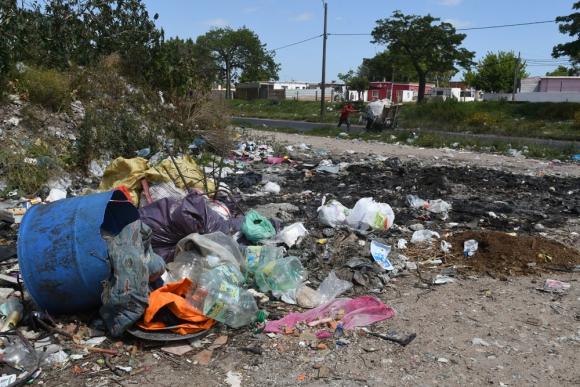 En algunos basurales es habitual la quema de cables, la que contamina y expone a los vecinos a la plombemia. Foto: A. Colmegna