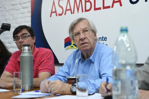 Danilo Astori en la reunión de la Mesa Nacional de Asamblea Uruguay. Foto: Ariel Colmegna.