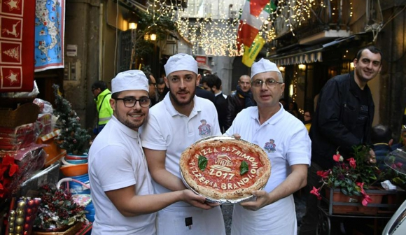Los pizzaioli muestran con orgullo el fruto de su habilidad y conocimiento. Foto: AFP