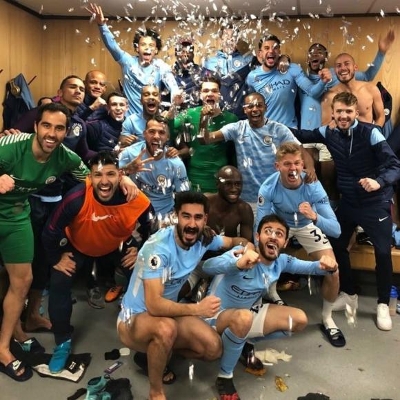 La celebración de los jugadores del City en el vestuario