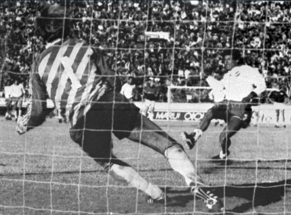 Tony Gómez ejecutando el penal decisivo ante el PSV