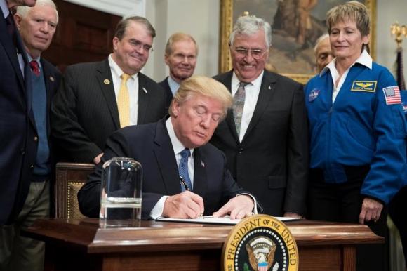 Donald Trump junto con integrantes de la NASA. Foto: EFE