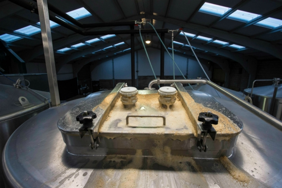 Aquí se deposita el pan para fabricar la cerveza. Foto: AFP.