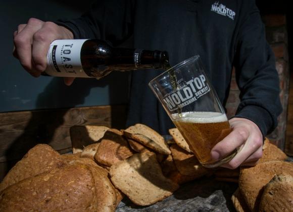 La cerveza Toast Ale se fabrica sustituyendo malta por pan. Foto: AFP.