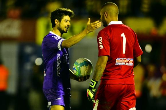 """Matías Cabrera saluda al """"Moneda"""" Gastón Rodríguez en la final Defensor vs. Peñarol. Foto: Gerardo Pérez"""