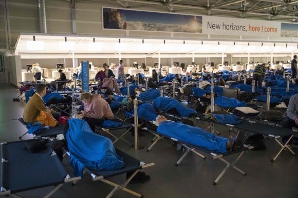 En Holanda las personas debieron permanecer en el aeropuerto. Foto: AFP