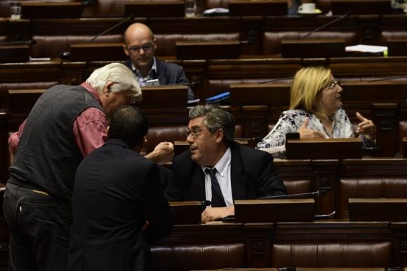 Oscar Groba discute con José Arocena por la idea de postergar el tema. Foto: M. Bonjour