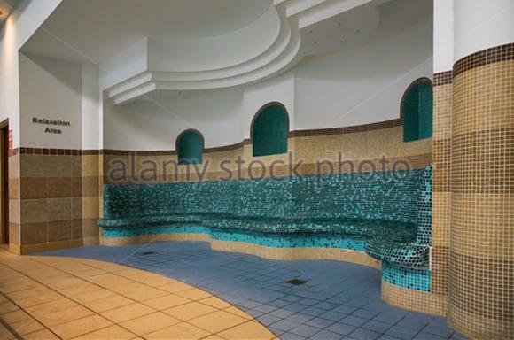Área de relajación cercana a la piscina