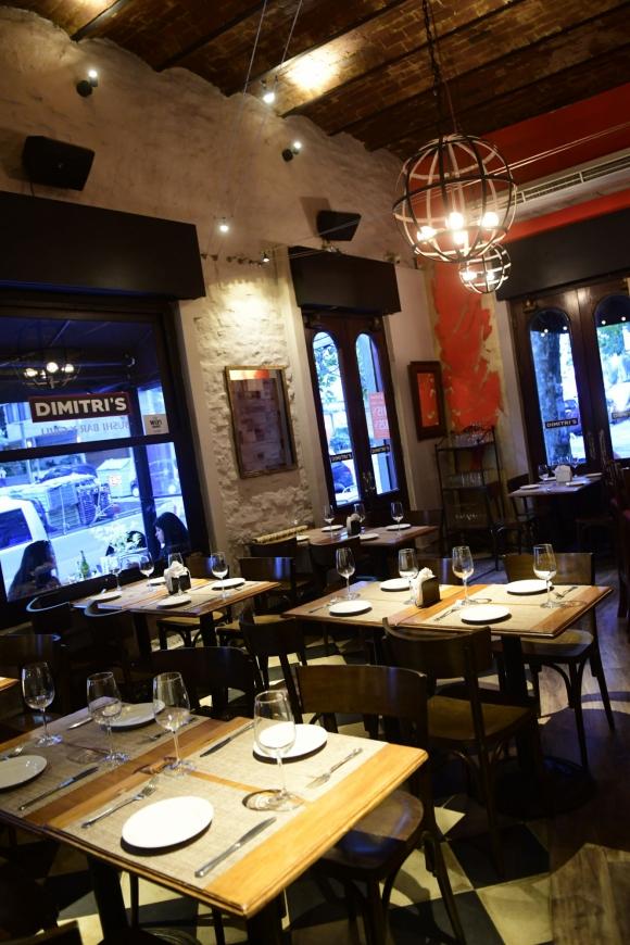 Dimitri's. El restaurante prioriza en su ambientación el uso de la madera y el hierro.