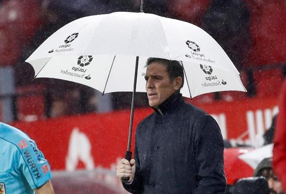 Eduardo Berizzo dirige al Sevilla frente al Levante. Foto: EFE