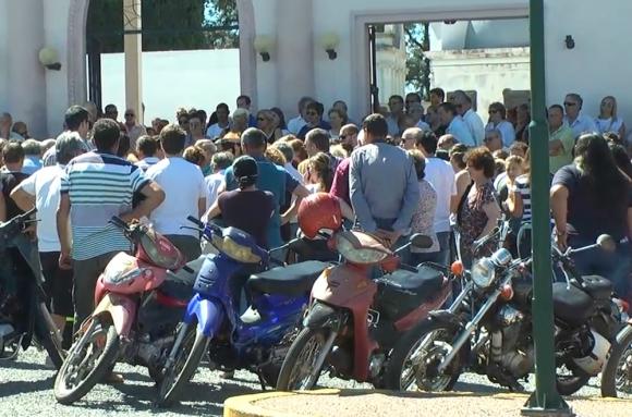 Un gran número de vecinos despidió a la comerciante y docente. Foto: D. Rojas
