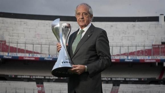 Rodolfo D'Onofrio en el Monumental de River con el trofeo de la Copa Argentina. Foto: La Nación / GDA