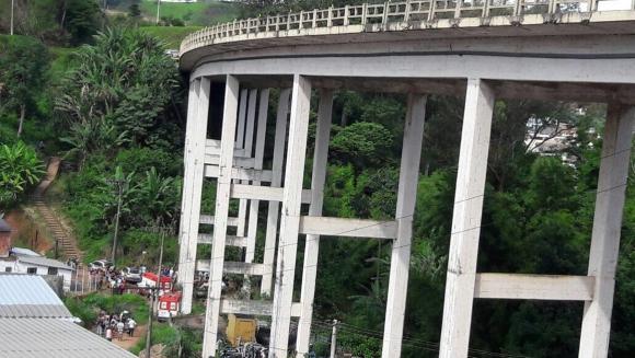 El puente en Brasil en el que se cayó Galileo Percovich en el accidente. Foto: Globo
