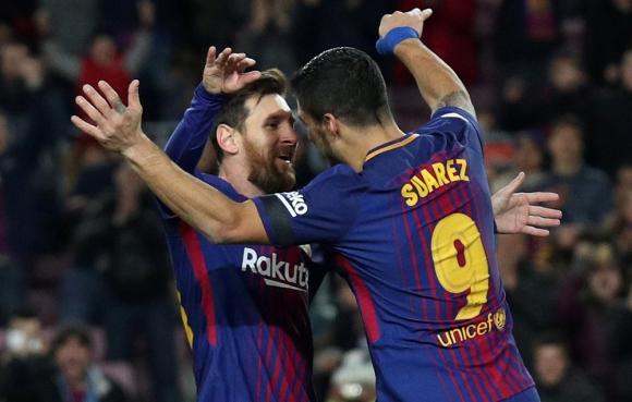 Abrazo de gol. Lionel Messi y Luis Suárez en el partido de Barcelona. Foto: Reuters