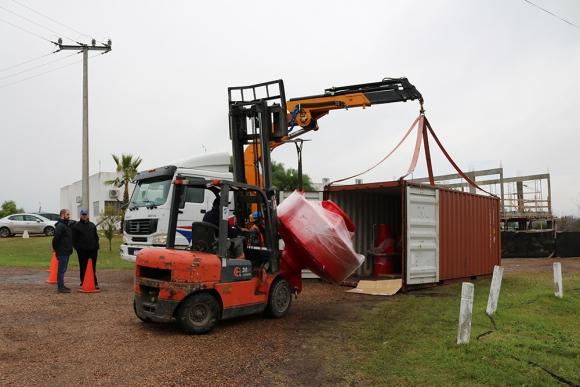 Arribo de las boyas a la base de operaciones de la CARU. Foto: El País