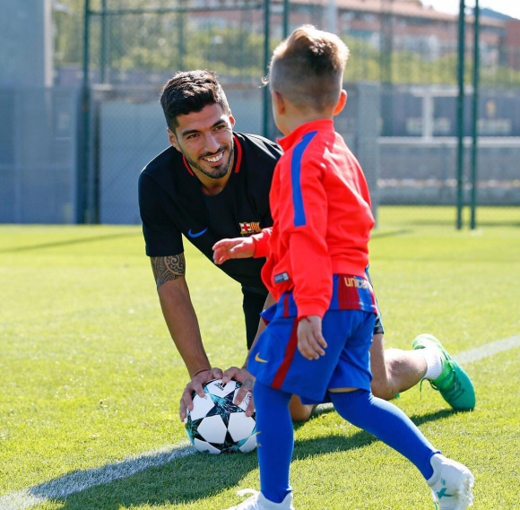 Suárez y su hijo Benjamín en el entrenamiento. Foto: @luissuarez9