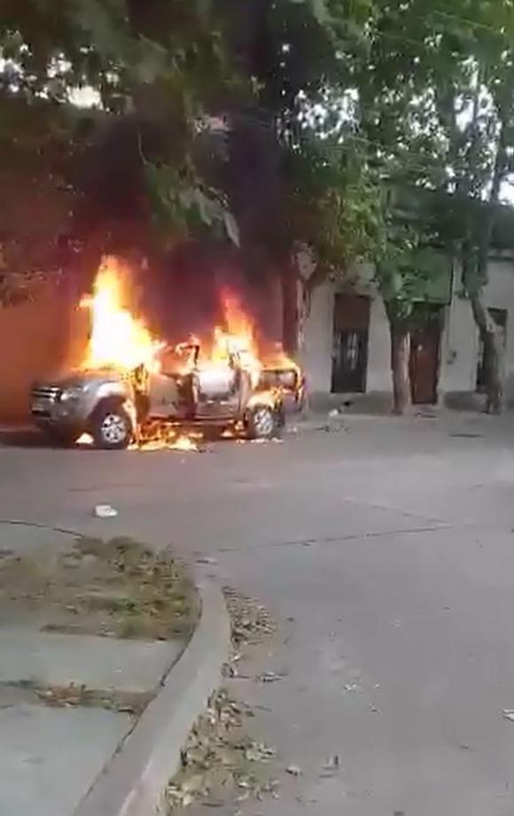 Camioneta del asalto al Devoto de Sayago incendiada. Foto: Captura.